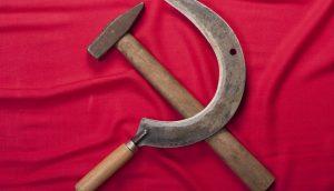 Hammer und Sichel auf rotem Stoffuntergrund