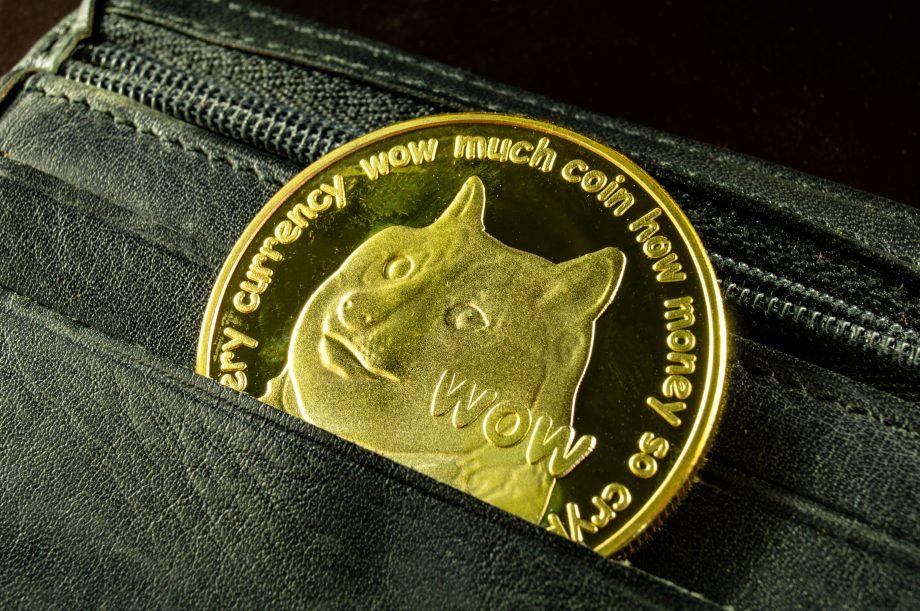 Dogecoin Coin in der Hosentasche