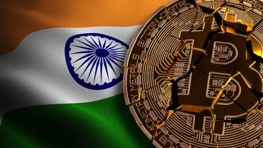 Zerbrochene Bitcoin-Münze auf indischer Flagge
