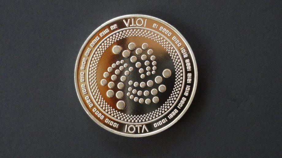 IOTA-Coin auf schwarzem Untergrund