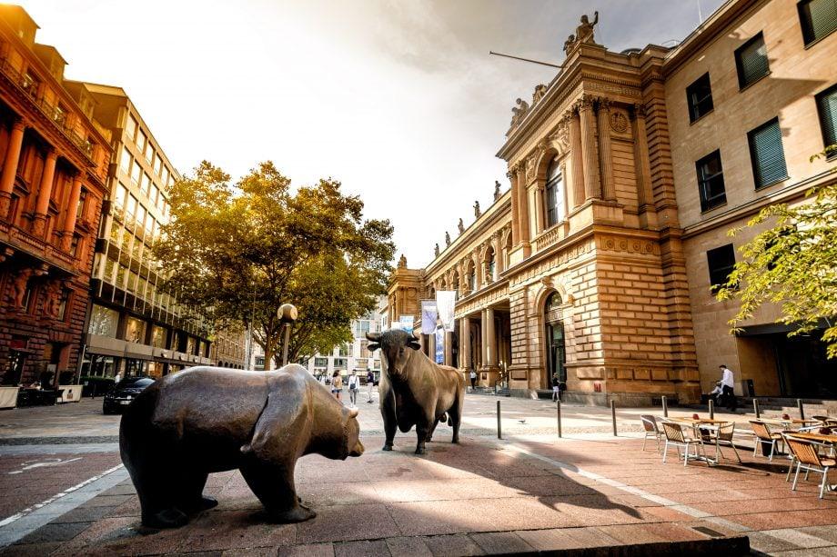 Ein Bär und ein Bulle stehen auf einem Platz vor der deutschen Börse in Frankfurt am Main.