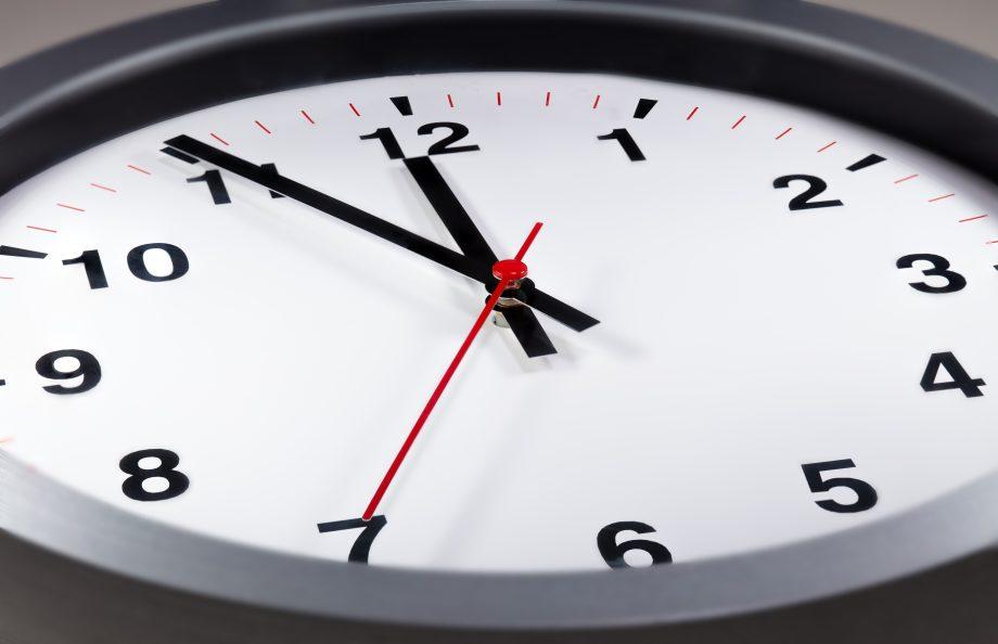 Eine Uhr die fünf vor zwölf anzeigt. Symbolbild XEM-Update