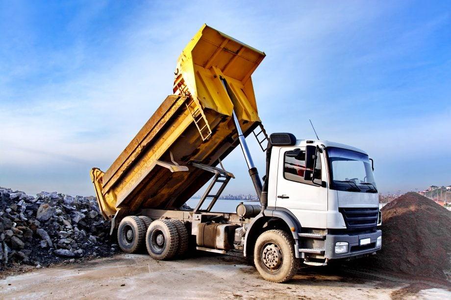 schüttguttransporter der auf einem Schrottplatz ablädt