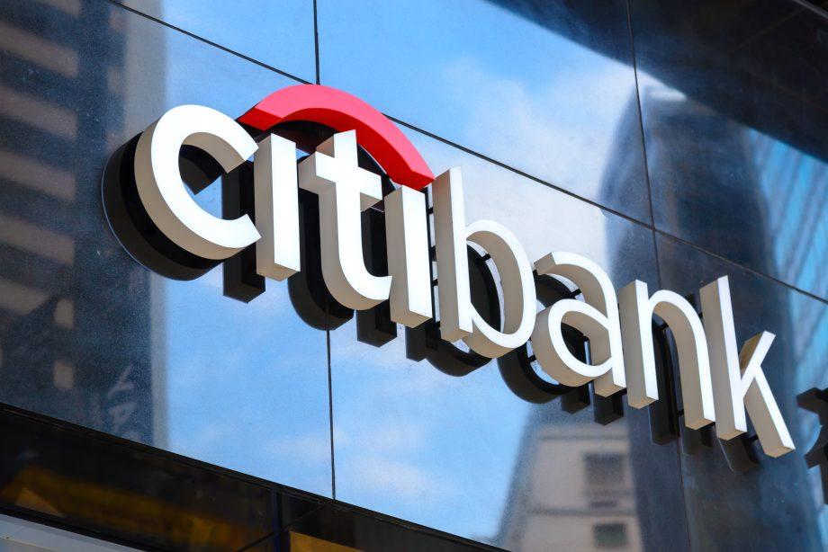 Das Logo der Citibank auf einer gläsernen Gebäude-Fassade.