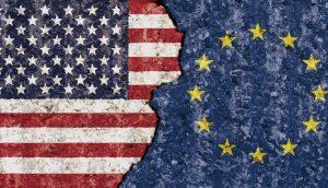 USA gegen Europa, beide Fahnen stehen sich gegenüber.