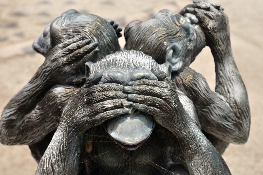 Drei Affen halten sich Mund, Ohren und Augen zu