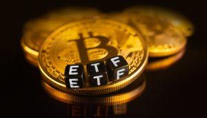 Bitcoin ETF wird durch Bitcoin Münze und Würfel dargestellt.