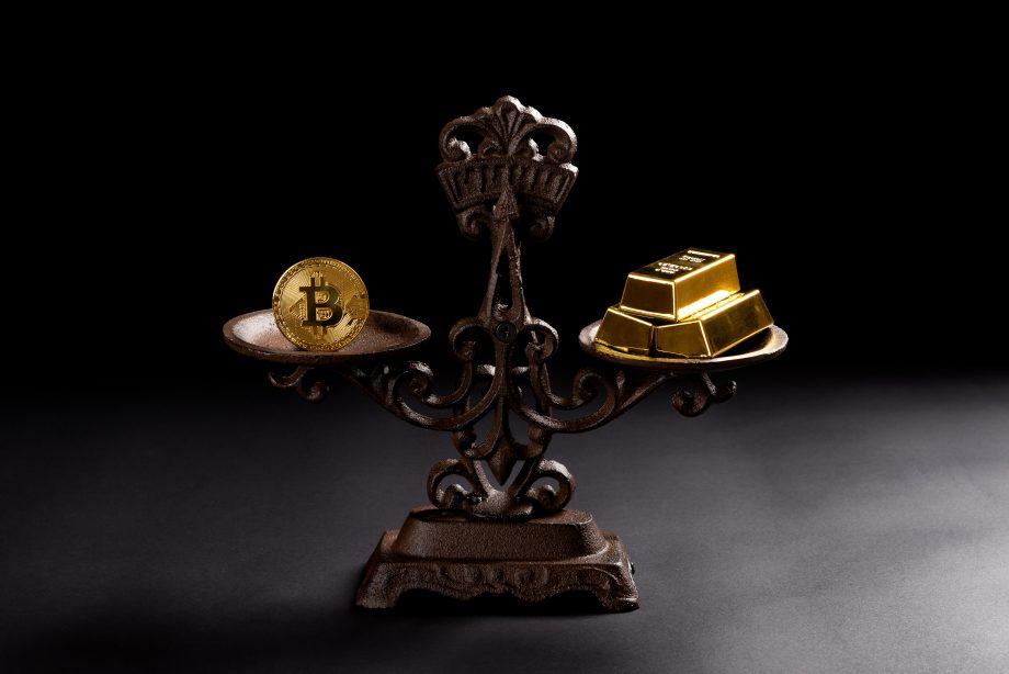 Gold und Bitcoin auf der Waage.
