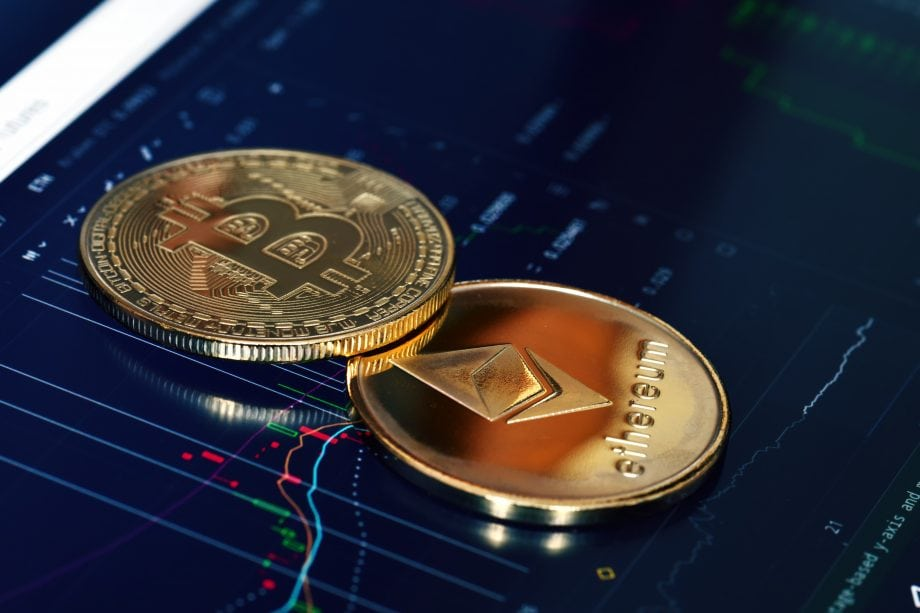 Bitcoin- und Ethereum-Münze liegen auf einem Chart