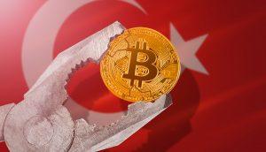 Bitcoin-Münze in Schraubzwinge vor türkischer Flagge