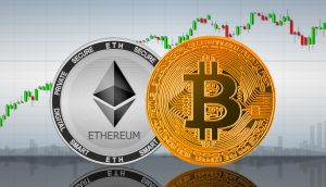 Bitcoin-Münze und Ethereum-Münze vor einem Chart