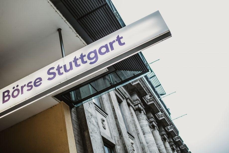 Schild der Börse Stuttgart, Herausgeberin der Trading-App Bison