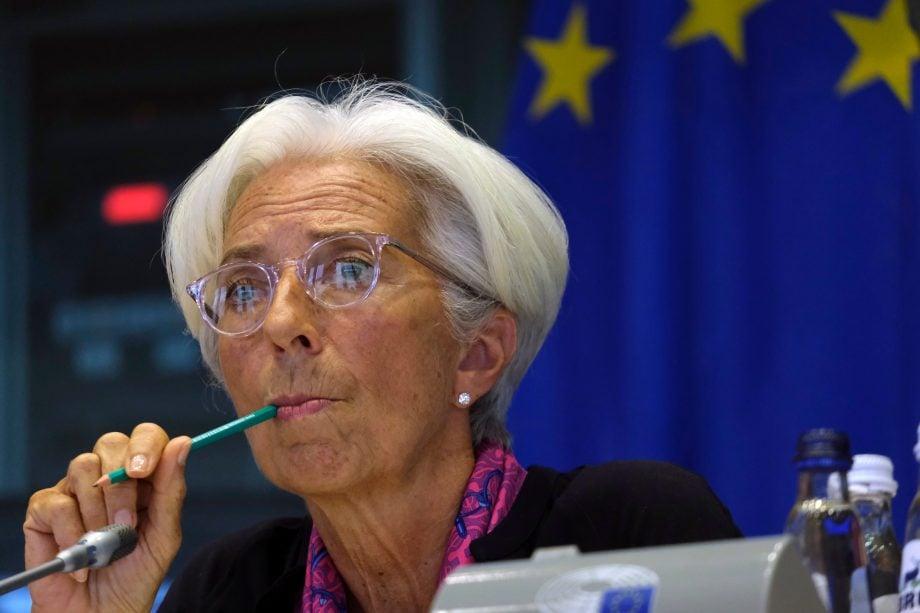 Christine Lagarde knabbert an einem Bleistift