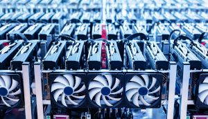 Mining-Hardware in einer Lagerhalle