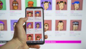 Smartphone mit NFT-Bildern