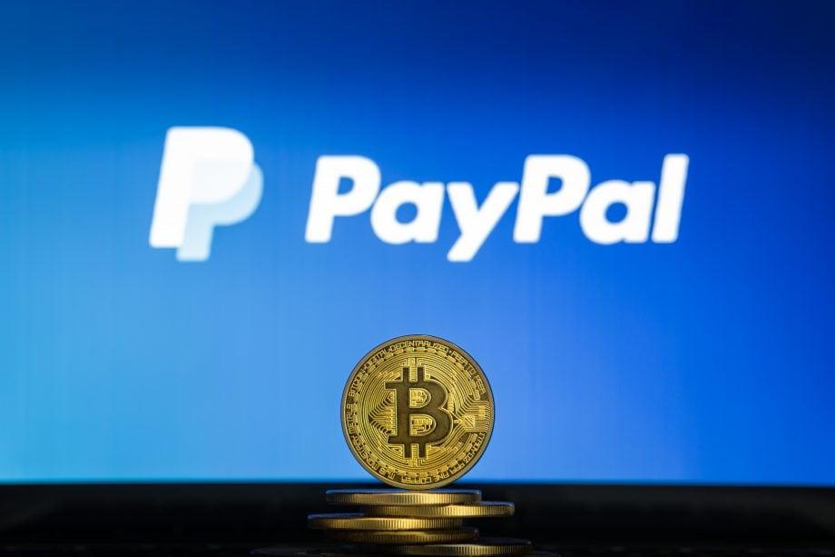 Bitcoin-Münze vor PayPal-Logo