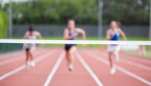 Läufer rennen in Ziellinie