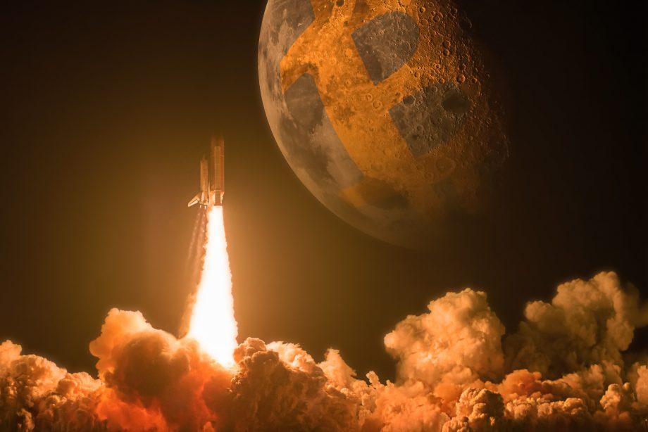 Eine Rakete schießt in den Himmel. Im Hintergrund sieht man den Mond.