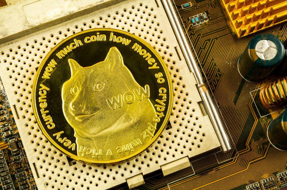 Eine DOGE-Münze liegt auf einem Prozessor.