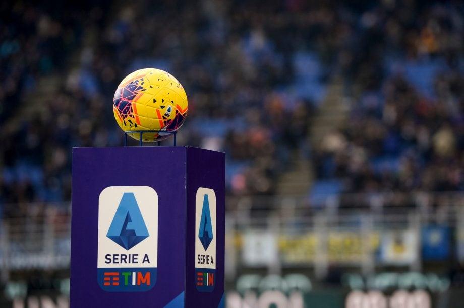 Ein Fußball liegt in Mitten eines Stadions auf einem Podest. Darauf ist das Logo der Serie A zu sehen.