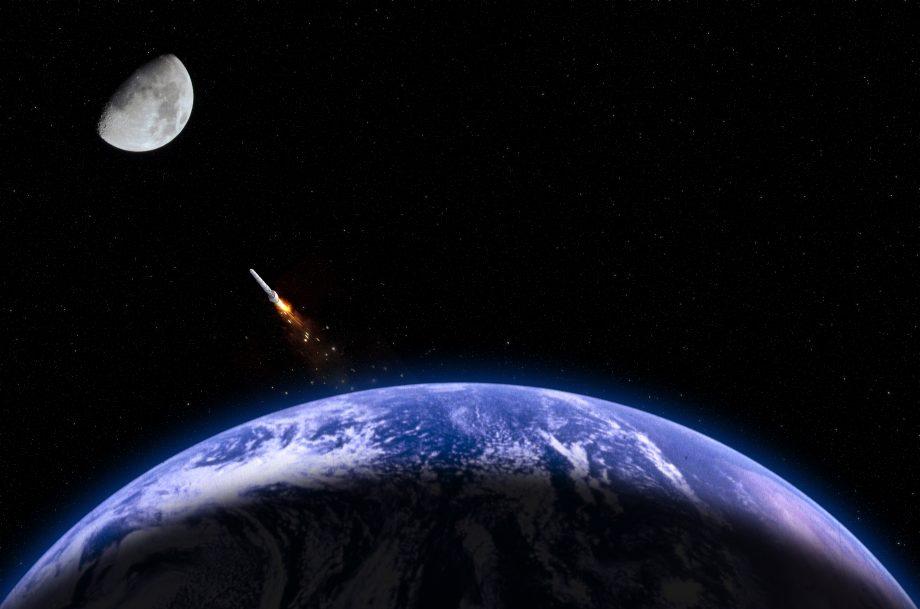 Weltraumaufnahme der Erde. Daneben ist eine Rakete, die in Richtung Mond fliegt.