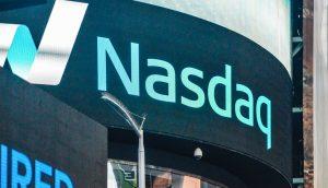 Das Logo der NASDAQ auf einer elektronischen Tafel.