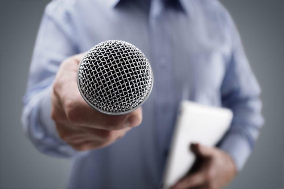 Eine Hand hält ein Mikrophon