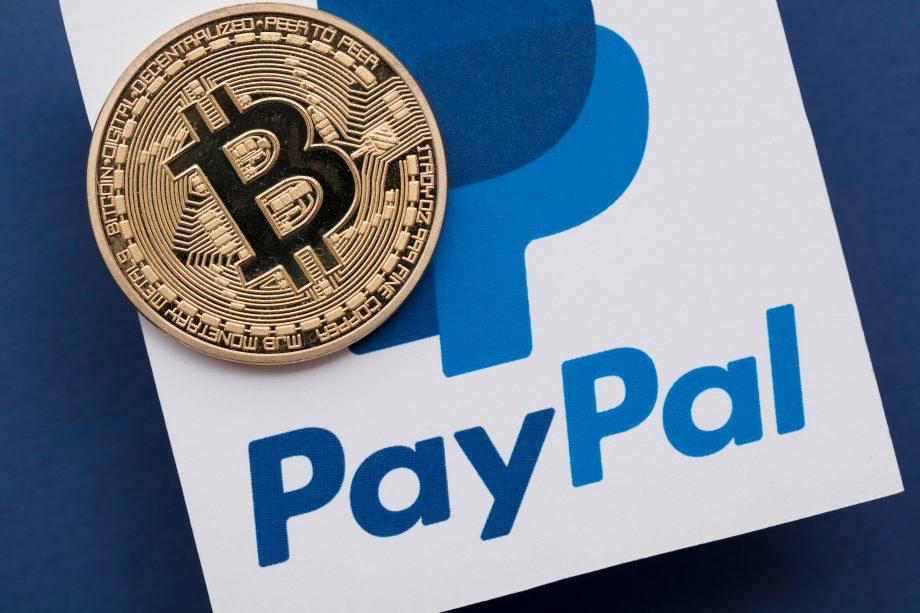 Bitcoin-Münze auf PayPal-Logo