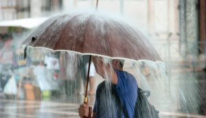 Regen fällt auf einen Regenschirm