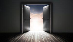Eine Tür öffnet sich, dahinter ist gleißendes Licht.