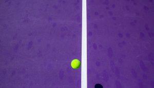 Ein Ball trifft auf die Linie.