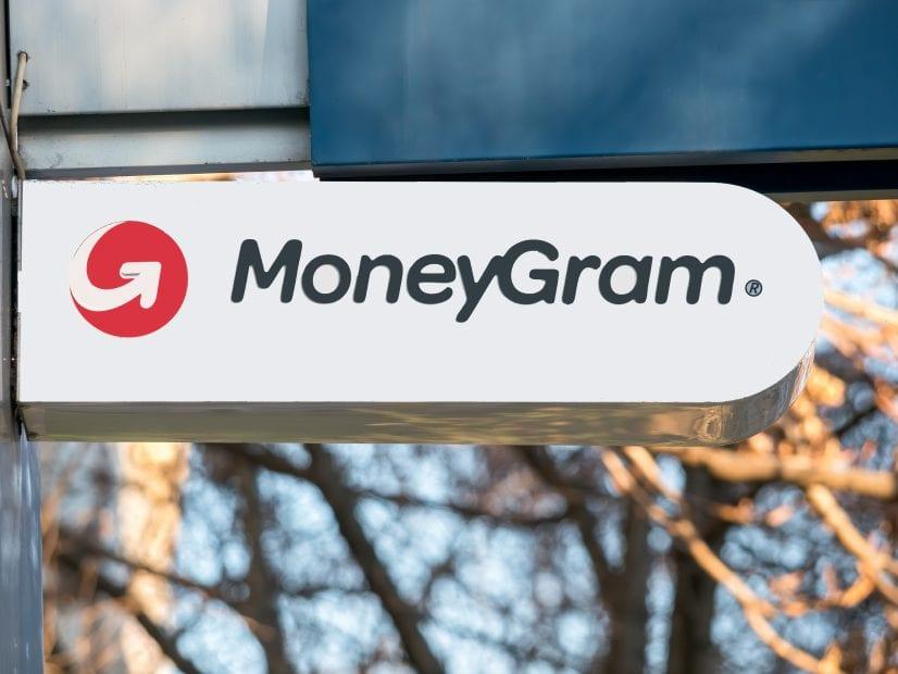 Das Logo von MoneyGram ist auf einem Schild zu sehen, welches an der Außenfassade eines Gebäudes angebracht ist.