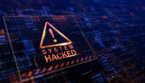Auf einem Bildschirm erscheint eine Warnung, dass das System gehackt worden ist.