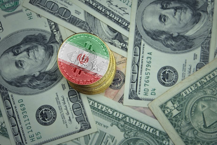 Ein Stapel Bitcoin-Münzen in Irans Farben, dartunter US-Dollarnoten