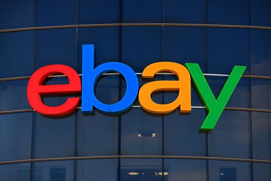 Auf einer gläsernen Fassade prangt das eBay-Logo.