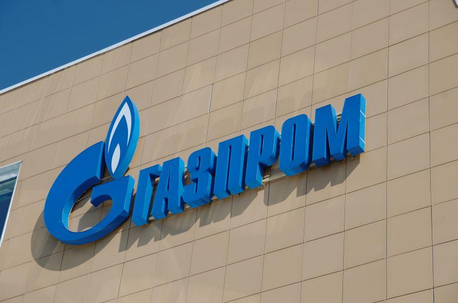 Das Logo von Gazprom in kyrillischer Schrift auf einem braunen Hintergrund.