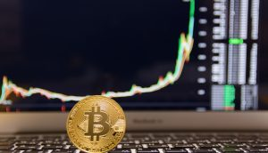 Bitcoin-Münze, im Hintergrund ein parabolischer Kurs-Chart