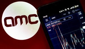 Smartphone vor AMC-Logo