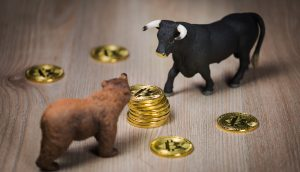 Bitcoin-Münze zwischen Bär und Bulle