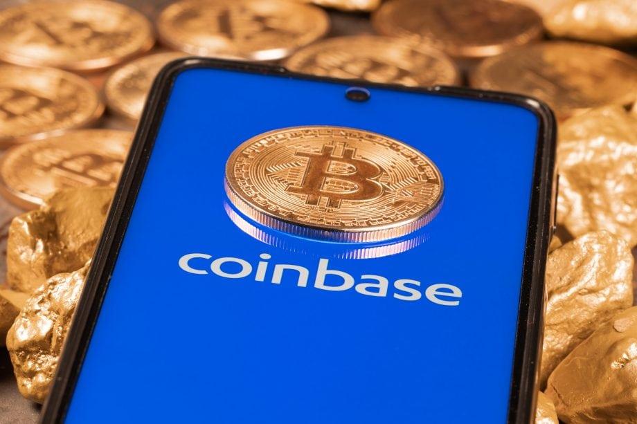 Bitcoin-Münze auf Smartphone mit Coinbase-Logo