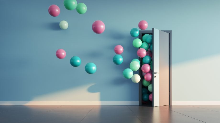 Ballons fliegen durch einen Türspalt