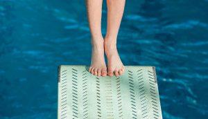 Schwimmer springt vom Sprungbrett