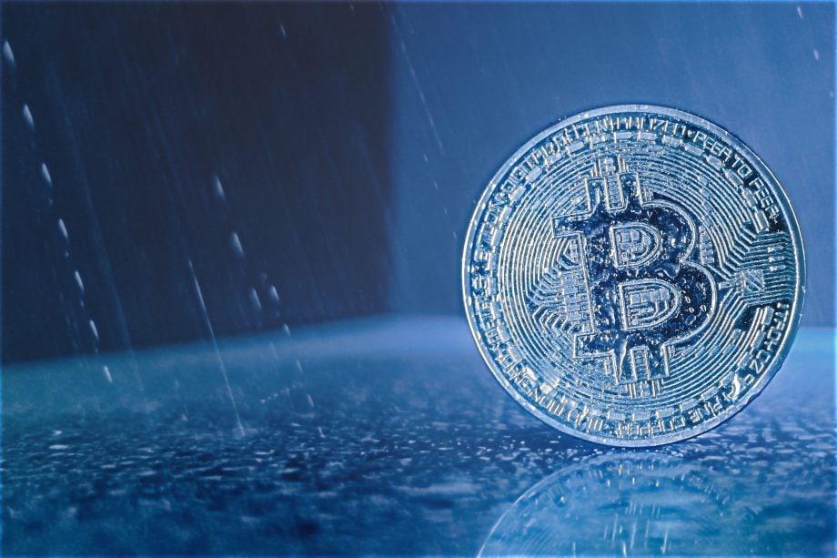 Bitcoin-Münze im Regen