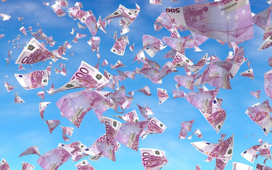 500 Euro Noten fliegen durch die Luft.