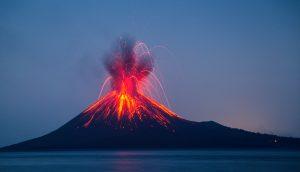Ein Vulkan bricht aus.