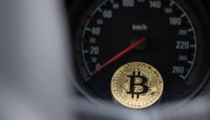 Bitcoin vor Tacho, Symbolbild Krypto-Zahlungen Mobilität