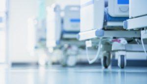 Ein paar Krankenbetten stehen in einem Raum eines Krankenhauses.