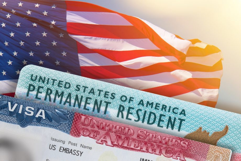 Die US-Flagge mit einem Antrag auf permanentes Bleiberecht.