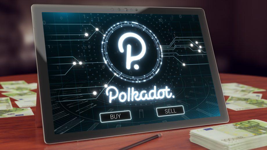 Das Logo von Polkadot auf einem Tablet. Daneben liegen mehrere Bündel 100€-Scheine.