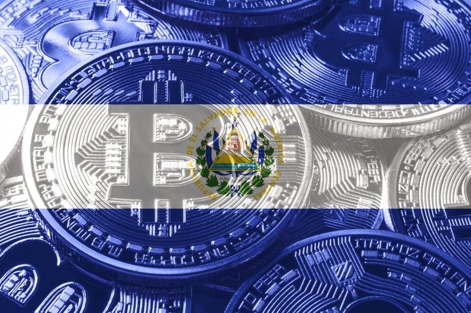 Das Bitcoin-Symbol vor der Flagge von El Salvador